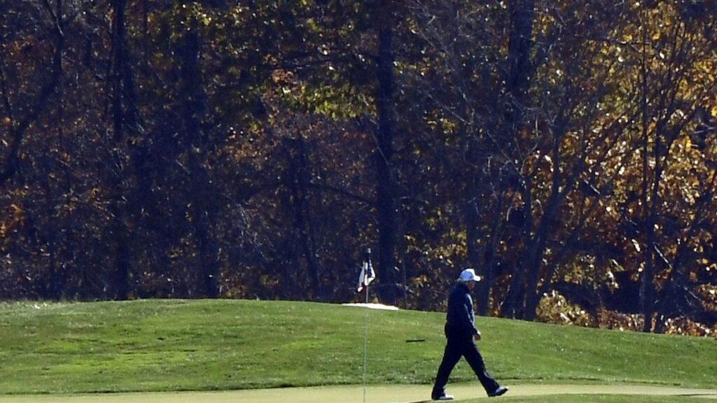 1 拜登赢了 特朗普孤独地打高尔夫 拜登赢290张选举人票宣布胜选 特朗普为家族利益困斗 白宫精英远离大选是非